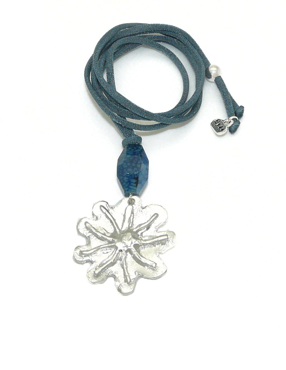 Collar flor pequeña plateada azul